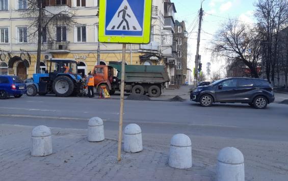 В Курске работники дорожных служб наводят порядок после зимы