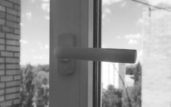 В отношении матери выпавшего из окна ребенка возбудили уголовное дело