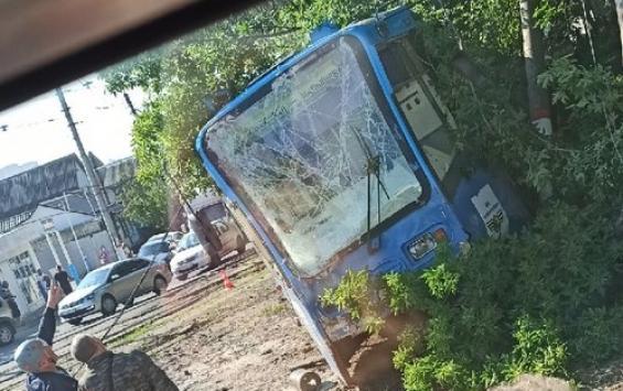 На Верхней Луговой трамвай сошел с рельсов